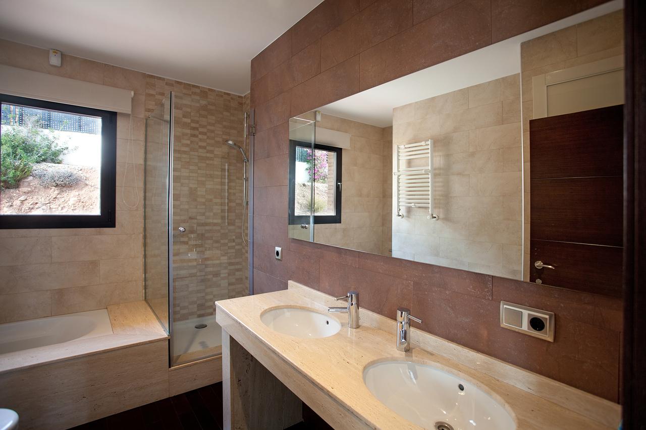 bano-marmol-chaletlujo-muvhausfotografia-inmobiliaria-realestatephotography
