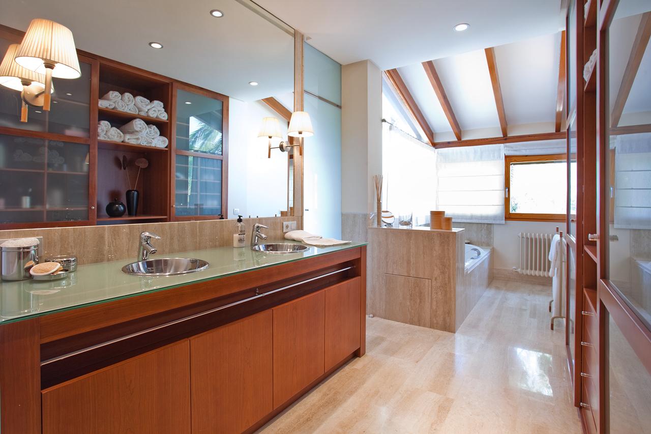 bano-marmol-jacuzzi-chaletlujo-muvhausfotografia-inmobiliaria-realestatephotography