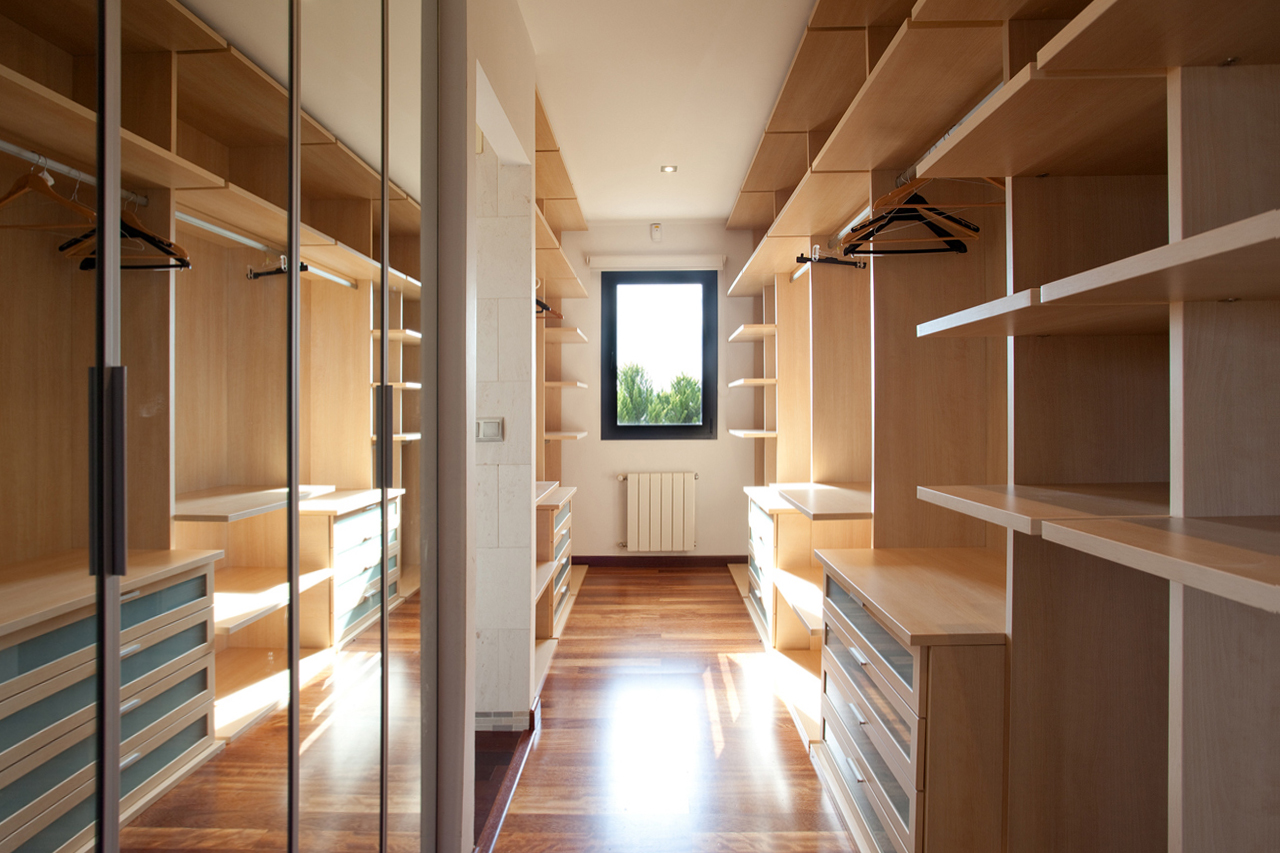 closet-madera-espejos-lujo-chalet-muvhausfotografia